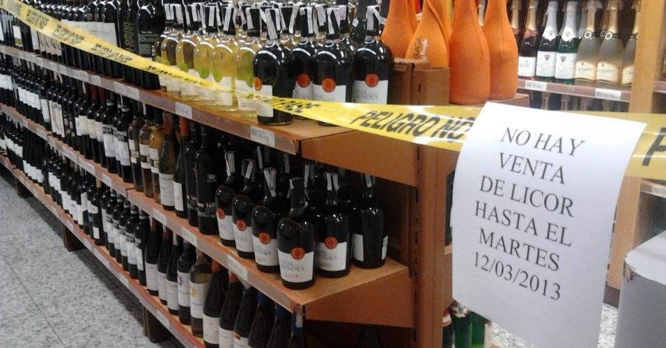 10.mar.2013 - Aviso em supermercado de Caracas informa sobre a proibição da venda de bebida alcoólica no país até a próxima terça-feira (12), período em que a Venezuela realiza o funeral e atos em homenagem a Hugo Chávez