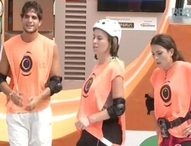 10.mar.2013 - Cansados, André, Fernanda e Kamilla comemoram vitória na prova da comida