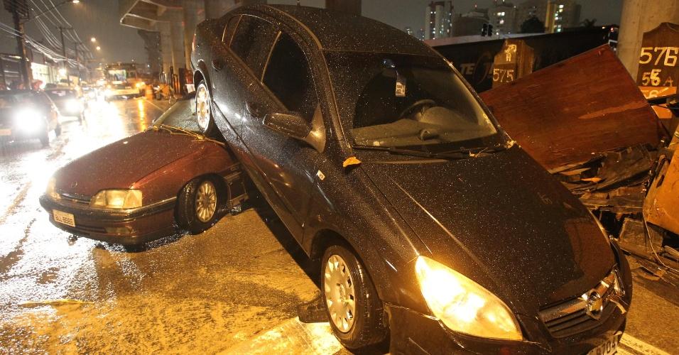 10.mar.2013 - Carros arrastados pela enxurrada ficam empilhados na avenida Luis Inácio de Anhaia Melo, na Vila Prudente, em São Paulo, após o temporal que atingiu a cidade no final da tarde