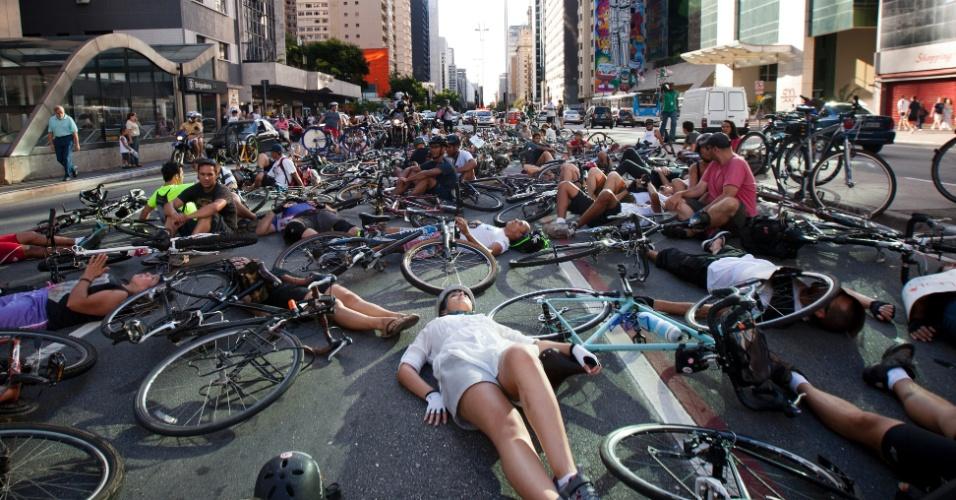 10.mar.2013 - Ciclistas deitam na avenida paulista e interditam três faixas no sentido da Vila Mariana, em São Paulo. Os ciclistas protestam contra o atropelamento de um homem na manhã deste domingo. A vítima teve o braço amputado no acidente e foi encaminhada para o Hospital das Clínicas