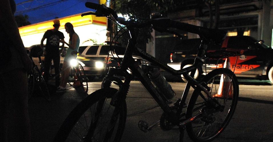 10.mar.2013 - Ciclistas se reúnem para protesto na tarde deste domingo (10) em frente ao 78º Distrito Policial, no Jardins, em São Paulo,  para onde o motorista responsável pelo atropelamento foi levado neste domingo (10). A vítima teve o braço amputado no acidente e foi encaminhada para o Hospital das Clínicas