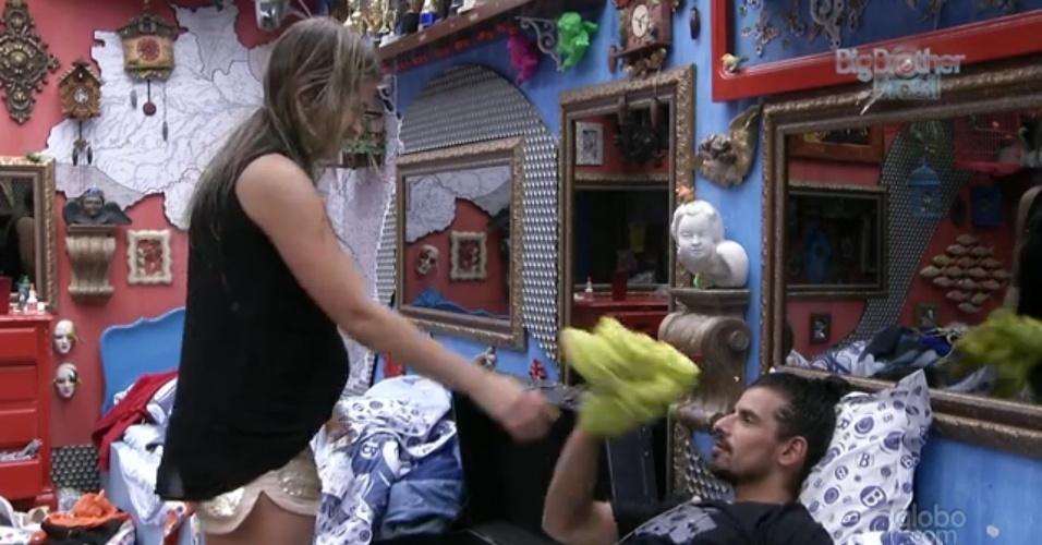 """10.mar.2013 - Fani dá vestido de lembrança para Miguel. """"Está com o meu cheiro"""", disse a fluminense"""