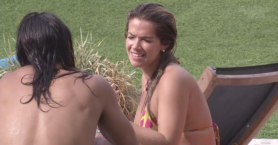 10.mar.2013 - Fani e o argentino Miguel conversam e se conhecem melhor na beira da piscina, após trocarem beijos