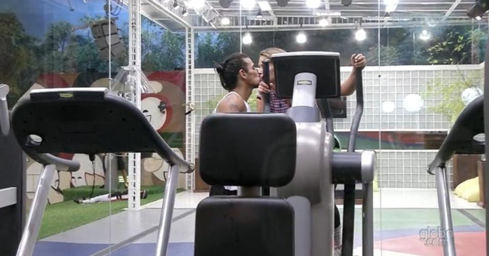 10.mar.2013 - Fani troca selinho com Miguel na academia