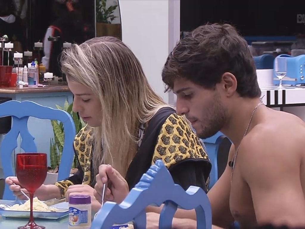 10.mar.2013 - Fernanda janta com André na cozinha da casa grande e diz estar chateada com Kamilla