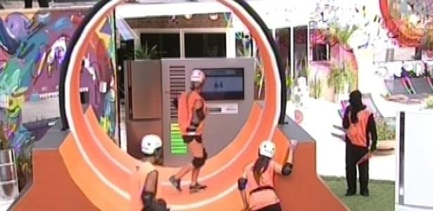 10.mar.2013 - Fernanda participa de prova da comida, que envolvia gerar energia em uma roda