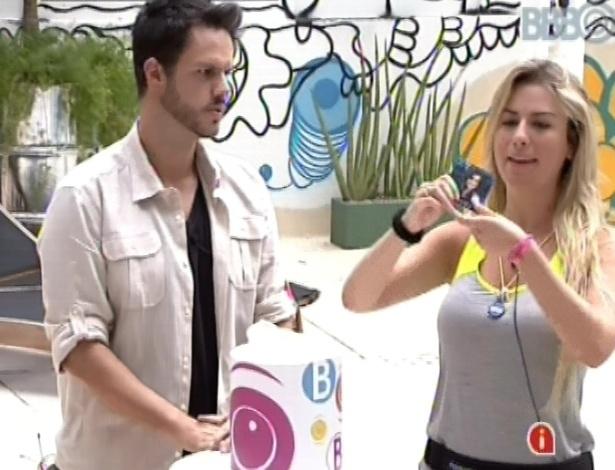 10.mar.2013 - Fernanda sorteia dois nomes de uma urna para formação de novos grupos: Kamilla e Andressa