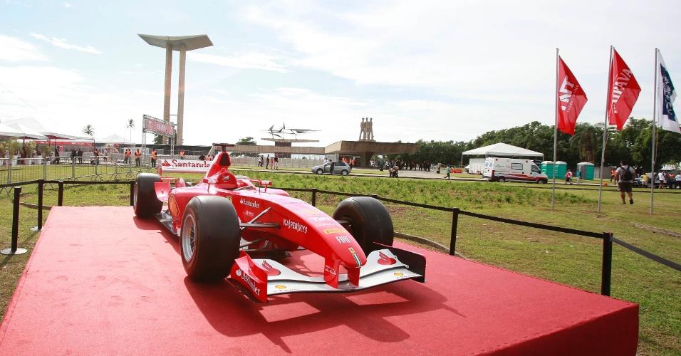 10.mar.2013 - Ferrari de Felipe Massa é exposta no Rio de Janeiro antes do pilo brasileiro guiar o carro pelas ruas da cidade