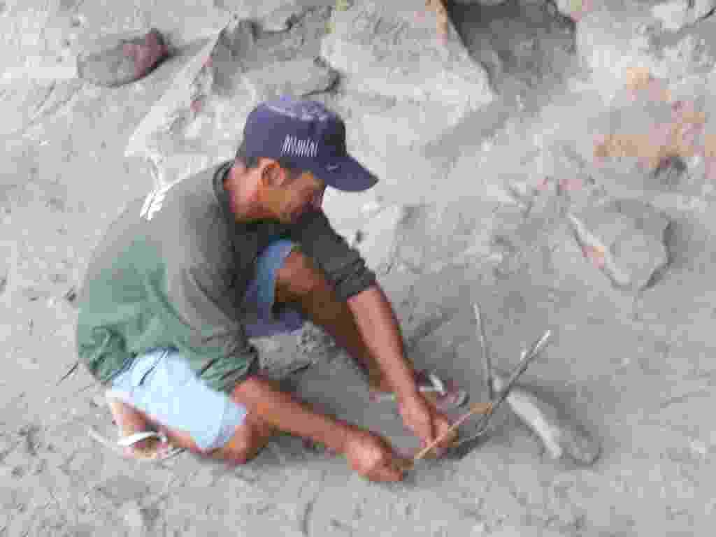 10.mar.2013 - Genivaldo Bezerra, 35, fazendo as armadilhas para caçar o rato rabudo durante a noite. Ele mora na comunidade Brejinho,em Assunção do Piaui, que consome o rato para completar a alimentação - Aliny Gama/UOL