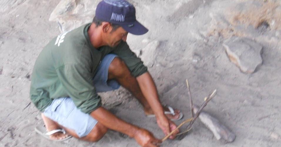 10.mar.2013 - Genivaldo Bezerra, 35, fazendo as armadilhas para caçar o rato rabudo durante a noite. Ele mora na comunidade Brejinho,em Assunção do Piaui, que consome o rato para completar a alimentação