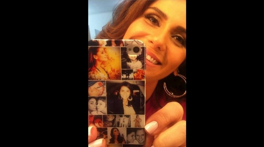 10.mar.2013 - Giovanna Antonelli mostrou a capa personalizada do seu celular. O acessório mistura fotos da atriz, de seu marido, Leonardo, e dos filhos, Pedro, Antonia e Sofia