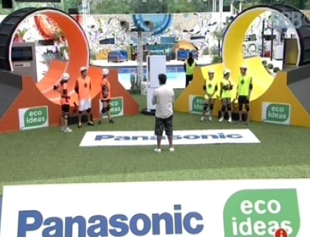 10.mar.2013 - Grupo laranja e grupo amarelo ouvem instruções para fazer a prova da comida