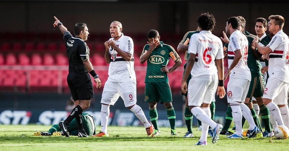 10.mar.2013 - Jogadores do São Paulo reclamam com o árbitro após o zagueiro Lúcio ser expulso durante o clássico contra o Palmeiras, pelo Paulistão