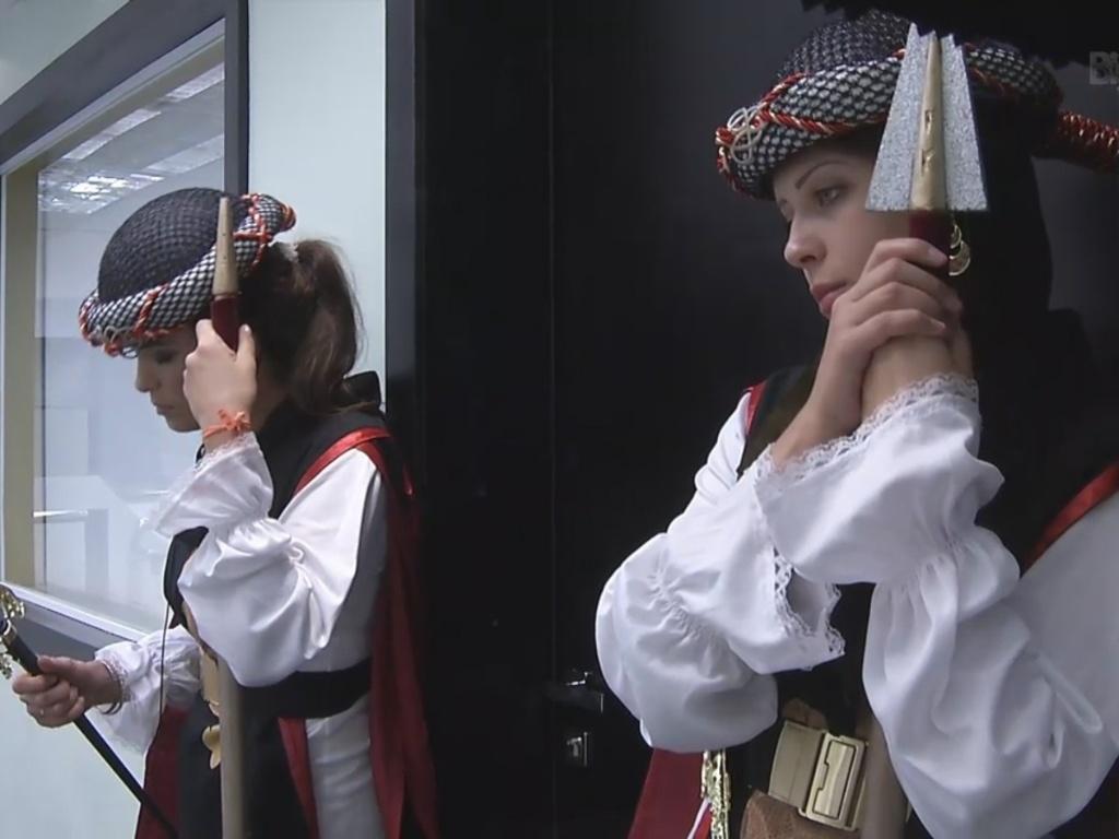 10.mar.2013 - Kamilla e Andressa cumprem o castigo do monstro