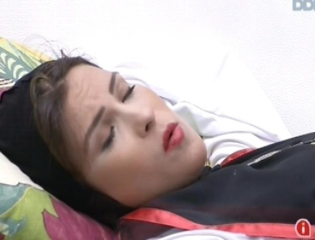 10.mar.2013 - Kamilla explica a André que estava se sentindo só na festa da madrugada