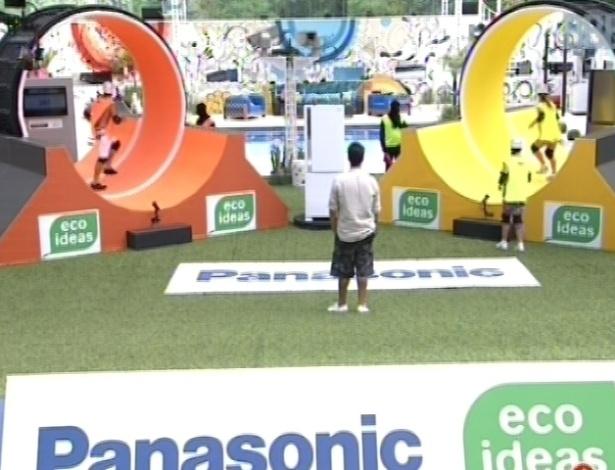 10.mar.2013 - Kamilla, pelo grupo laranja, e Nasser, pelo amarelo, são os primeiros a competir. Prova envolvia gerar eco economia em uma roda, por meio da velocidade