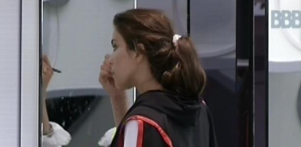 10.mar.2013 - Kamilla se levanta do sofá e vai direto para o espelho se maquiar