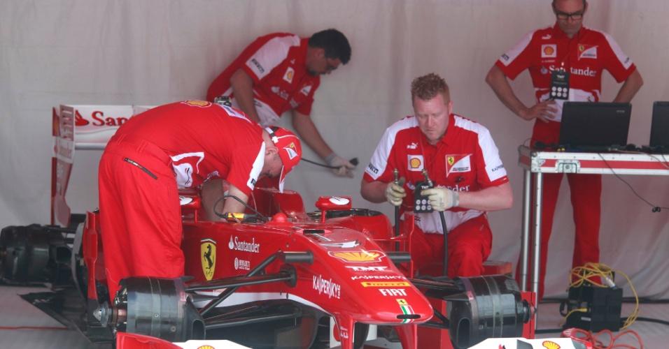 10.mar.2013 - Mecânicos da Ferrari preparam o carro de Felipe Massa, que neste domingo guiará o modelo pelas ruas do Rio de Janeiro