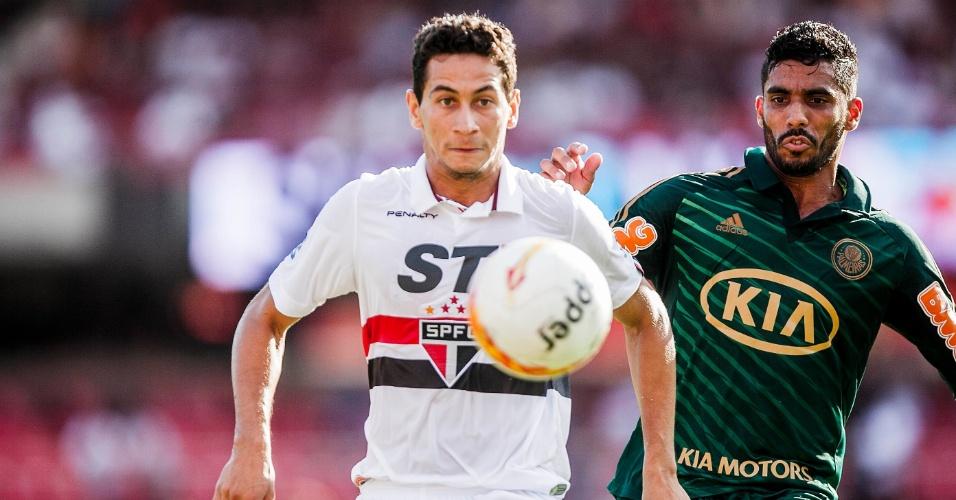 10.mar.2013 - Meia Paulo Henrique Ganso, do São Paulo, é marcado por Vilson, do Palmeiras, pelo Campeonato Paulista