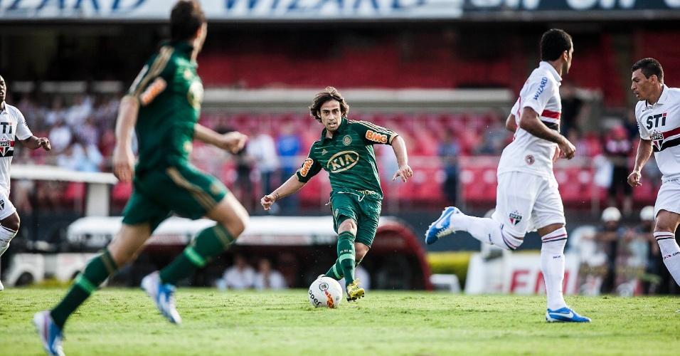 10.mar.2013 - Meia Valdivia, do Palmeiras, tenta passe durante o clássico contra o São Paulo, pelo Campeonato Paulista