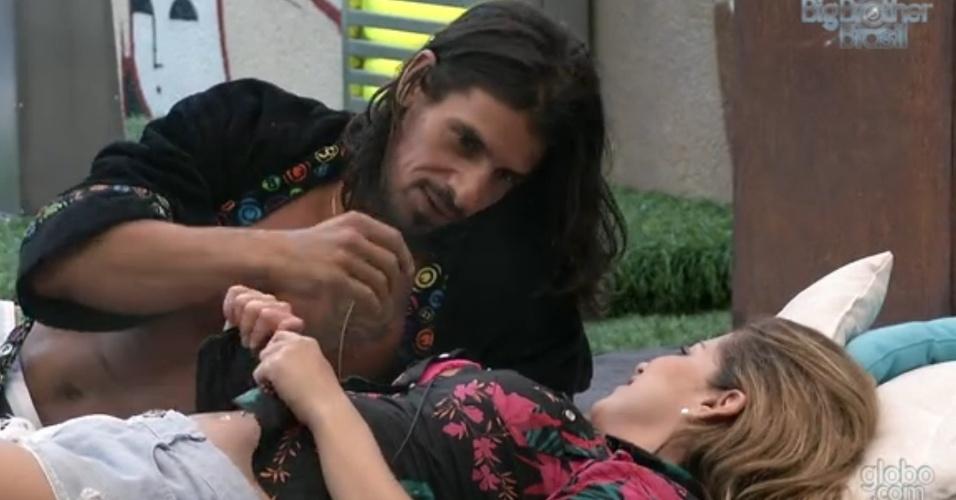 10.mar.2013 - Miguel e Fani conversam na área externa da casa e brother diz que o que aconteceu entre os dois foi
