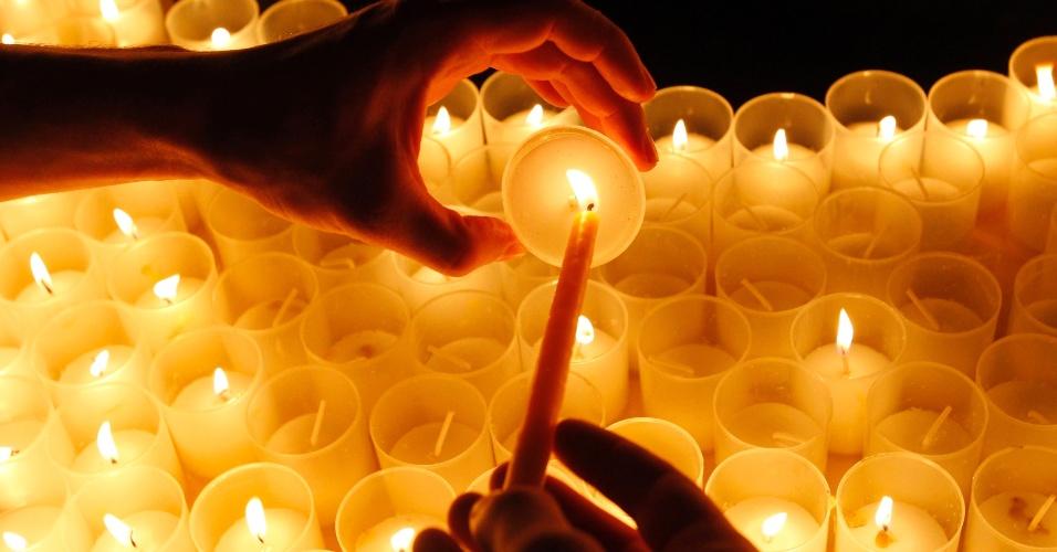 10.mar.2013 - Na Romênia, ativista do Greenpeace acende vela em homenagem às vítimas do terremoto seguido de tsunami em Fukushima, no Japão. O dia 11 de março marca o aniversário do desastre que ocorreu em 2011 e matou milhares de pessoas
