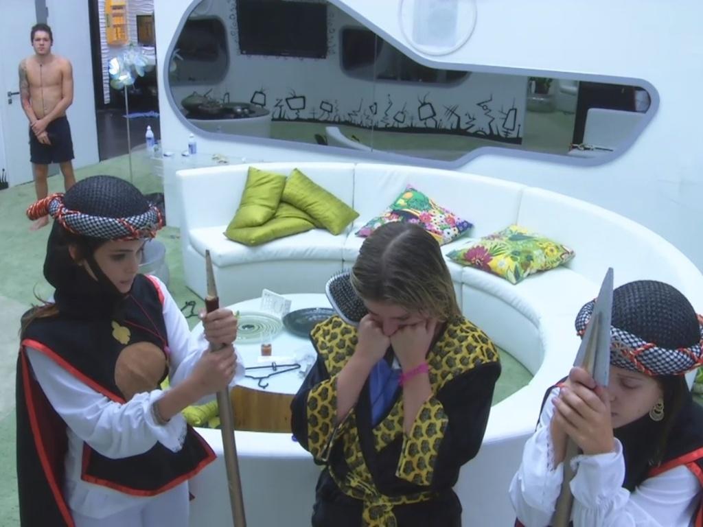 10.mar.2013 - Poucos minutos depois do fim da festa, Kamilla e Andressa cumprem o castigo do monstro