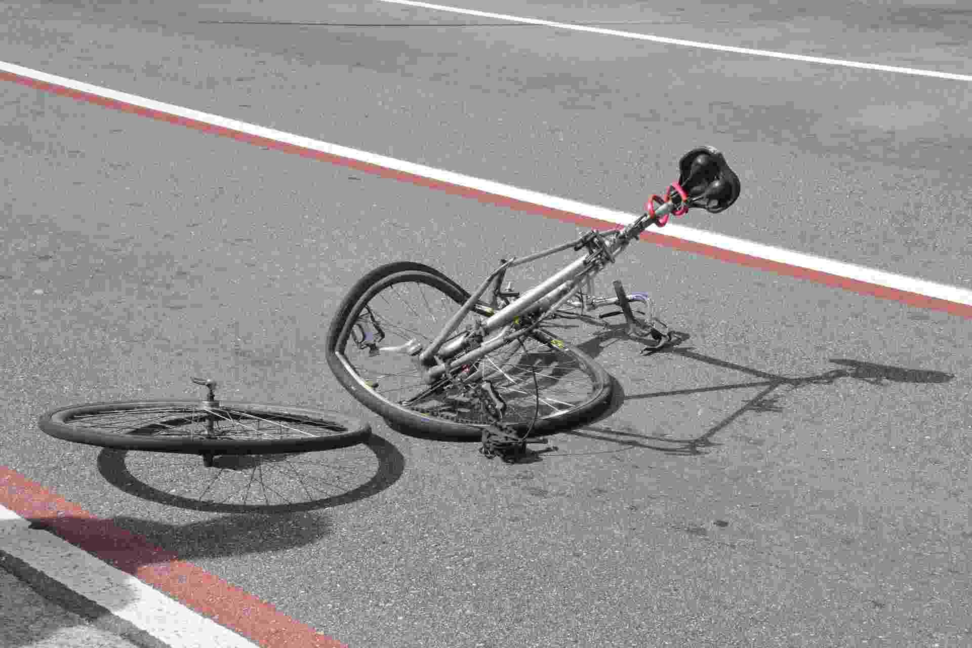 10.mar.2013 - Um ciclista perdeu um braço em um acidente com um veículo na manhã deste domingo (10),  próximo à estação Brigadeiro do metrô, na avenida Paulista, em São Paulo, SP. Segundo o Corpo de Bombeiros, o ciclista foi levado pronto-socorro do Hospital das Clínicas - J. Duran Machfee/Futura Press