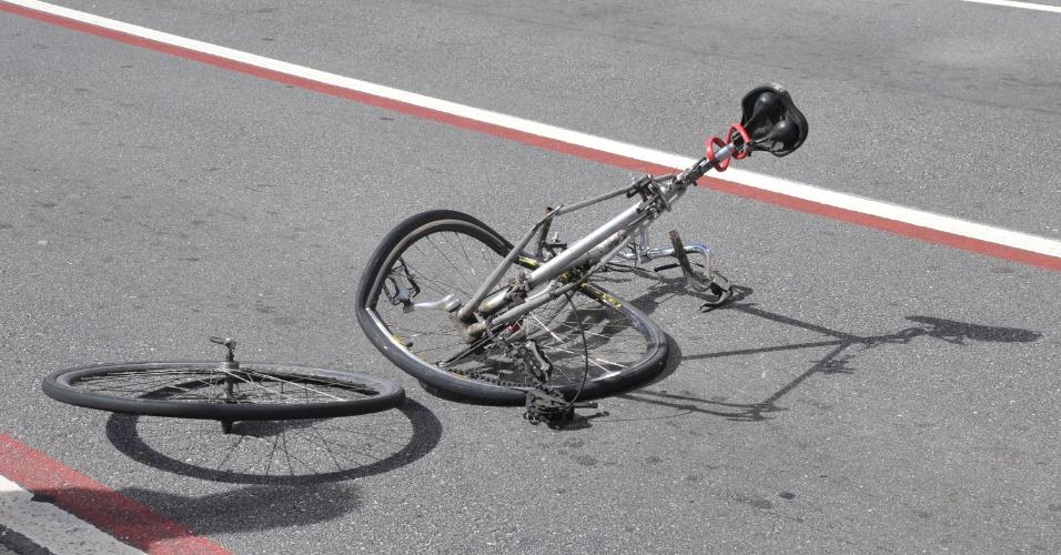 10.mar.2013 - Um ciclista perdeu um braço em um acidente com um veículo na manhã deste domingo (10),  próximo à estação Brigadeiro do metrô, na avenida Paulista, em São Paulo, SP. Segundo o Corpo de Bombeiros, o ciclista foi levado pronto-socorro do Hospital das Clínicas