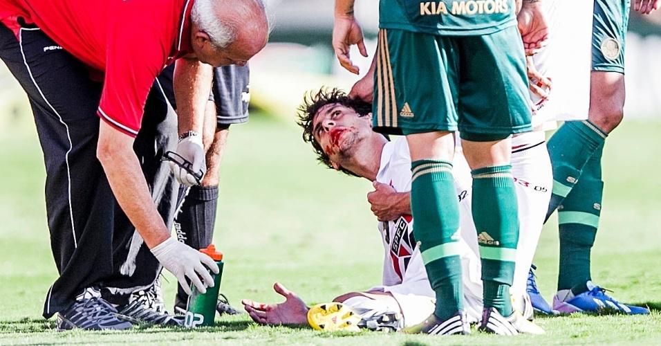 10.mar.2013 - Volante Rodrigo Caio, do São Paulo, fica com a boca ensanguentada após jogada ríspida durante o clássico contra o Palmeiras, pelo Campeonato Paulista