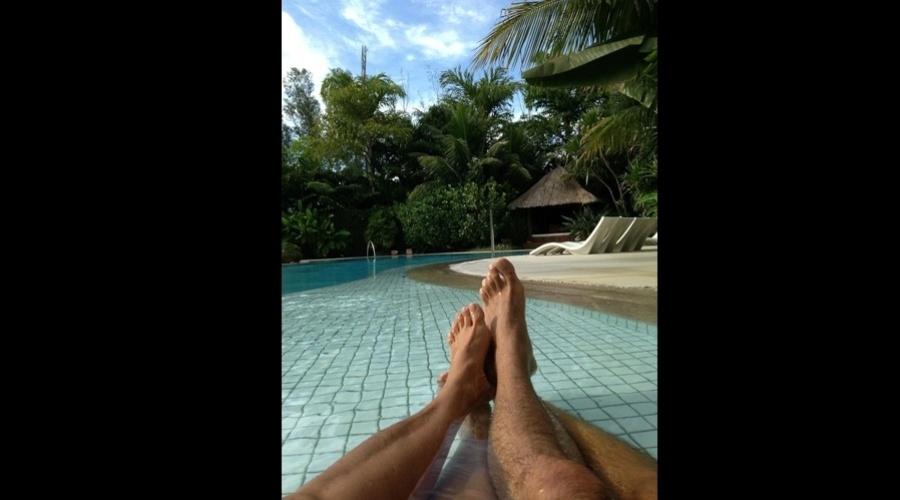 """10.mar.2013 - Xuxa e o namorado, Junno Andrade, relaxaram em uma piscina. A apresentadora divulgou uma imagem dos pés dela e do namorado. """"Aproveitando o domingo"""", escreveu ela"""