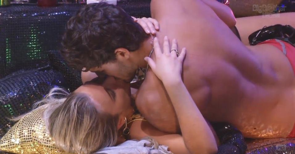 9.mar.2013 - E a paz volta a reinar no Castelo. Princesa e príncipe fazem as pazes com muitos beijos