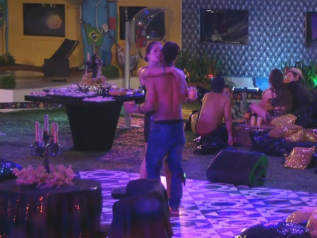 9.mar.2013 - Fani e argentino Miguel dançam no meio da pista enquanto o restante conversa