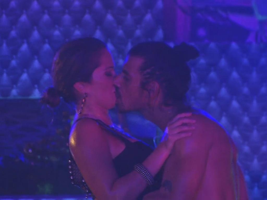 9.mar.2013 - Fani e o argentino Miguel se beijam durante a festa