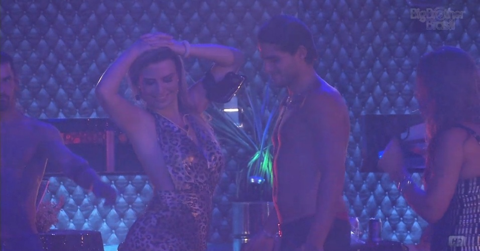 9.mar.2013 - Fernanda sensualiza para André durante a música funk