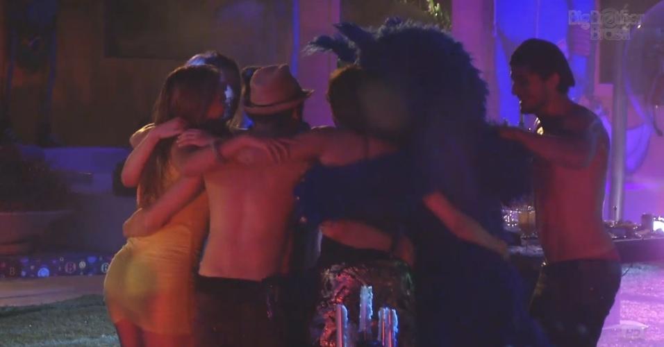 9.mar.2013 - Gatinhos voltam à festa e fazem roda de dança com brothers