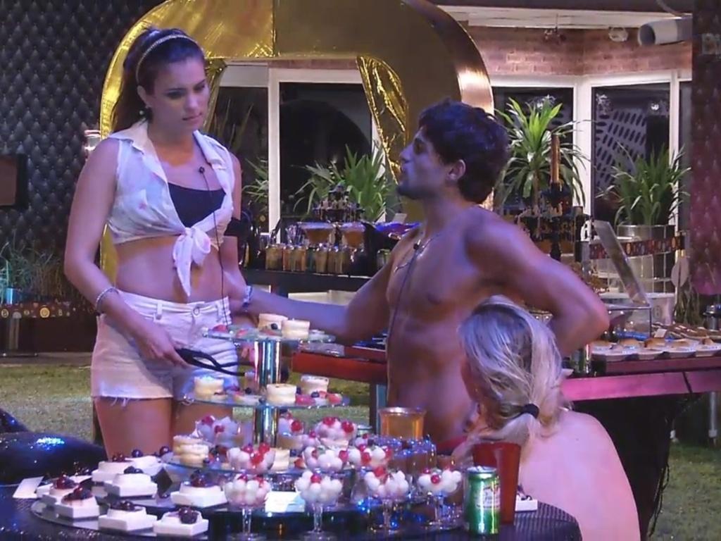 9.mar.2013 - Kamilla fica chateada com André e Fernanda por todo mundo ter discutido na festa ao invés de terem dançado na pista com ela