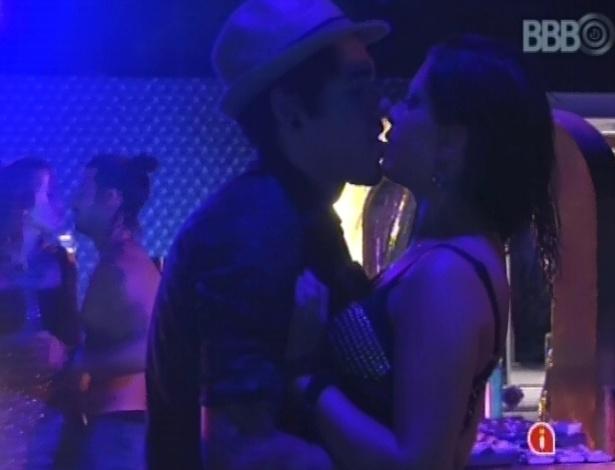 9.mar.2013 - Nasser e Andressa também trocam beijos ardentes dentro do