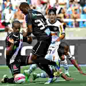 Defesa do Vasco sai jogando após bom lance de ataque do Botafogo - Júlio César Guimarães/UOL