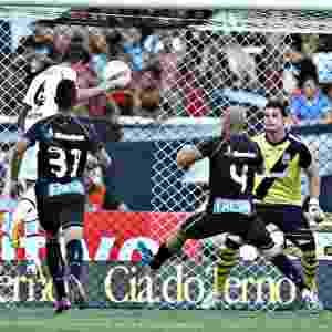 Zagueiro Bolívar leva perigo ao gol do Vasco na Taça Guanabara - Júlio César Guimarães/UOL