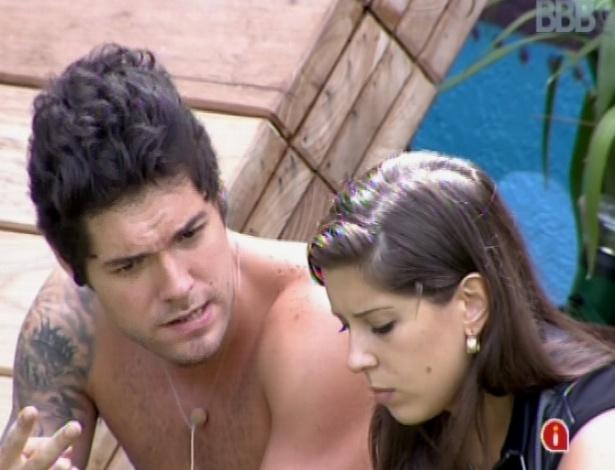 """11.mar.2013 - Andressa conta para Nasser que conversou com Fernanda e que está triste com o desprezo da amiga. """"Estou me sentindo o cocô do cavalo do bandido. Um mosquito"""""""