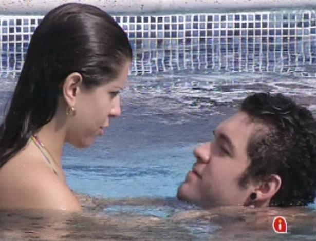 11.mar.2013 - Andressa e Nasser curtem tarde de sol na piscina antes do paredão