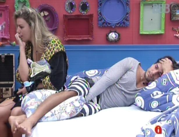"""11.mar.2013 - Ao lado de André, Fernanda fica pensativa sobre o desfeixo do sétimo paredão do """"BBB13"""""""