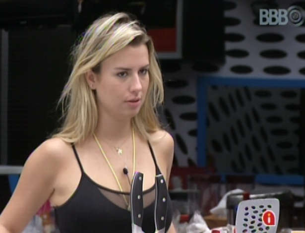 11.mar.2013 - Depois da conversa com Andressa, Fernanda fica chateada e faz cara de mistério para André e Fani