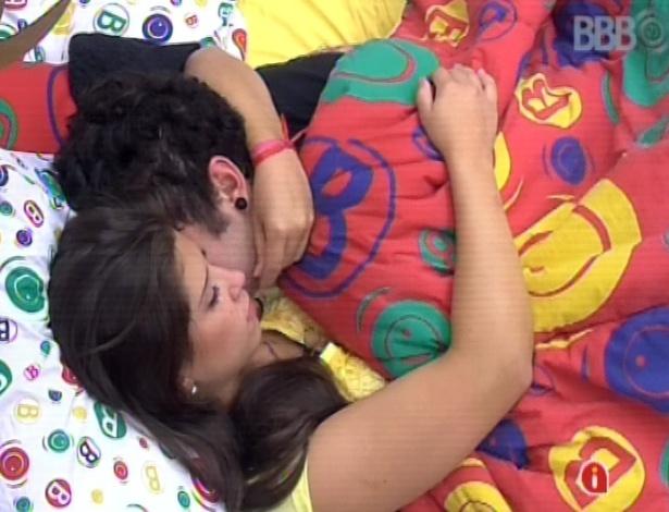 11.mar.2013 - Emparedados, Andressa e Nasser trocam carícias nesta manhã