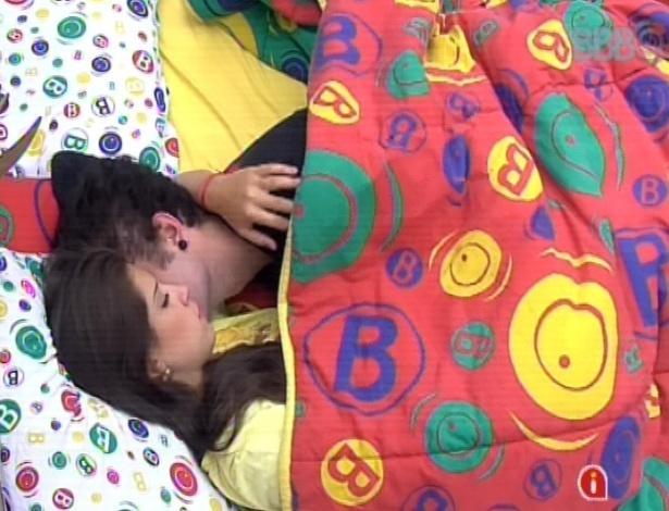 11.mar.2013 - Emparedados, Nasser diz para Andressa não ligar para Fernanda, pois ele e Natália a amam