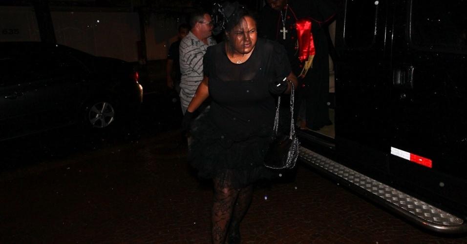 11.mar.2013 - Familiares de Thiaguinho chegam para festa de aniversário de 30 anos do cantor, comemorado em buffet na Zona Oeste de São Paulo