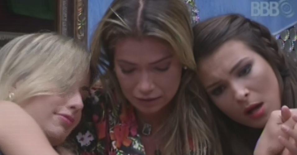 11.mar.2013 - Fani cai no choro ao pensar na possibilidade de o argentino Miguel ser ator e é consolada por Fernanda e Kamilla