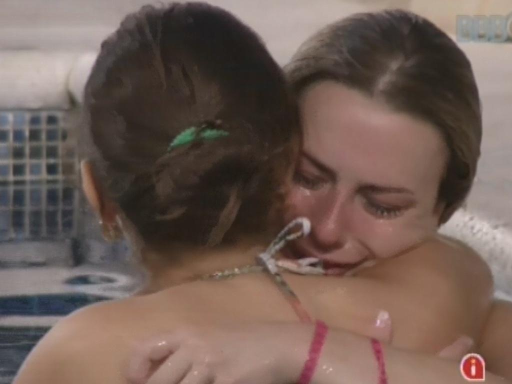 11.mar.2013 - Fernanda chora e abraça Andressa após pedir desculpas por não ter dado um abraço nela após a formação do último paredão