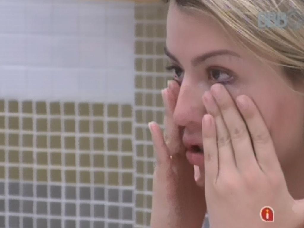 11.mar.2013 - Fernanda chora em conversa com Nasser ao explicar para ele o porquê de não etr procurado ele e Andressa após o paredão